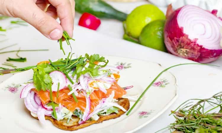 proteïne pancake met zalm en salade