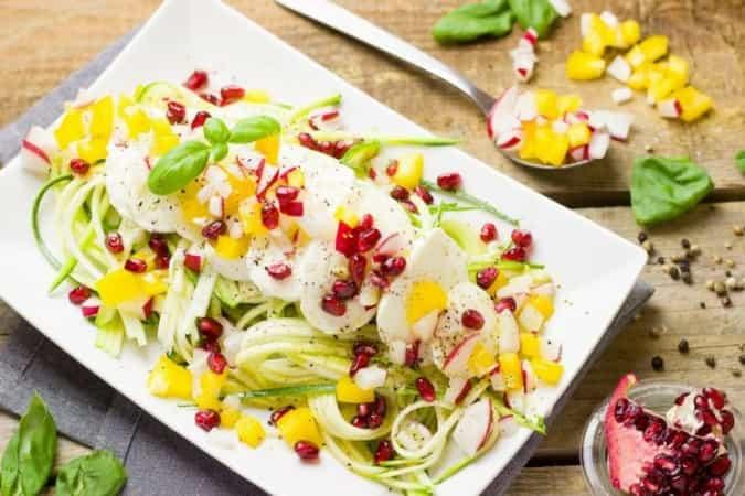 Frisse zomer salade met courgetti en granaatappel