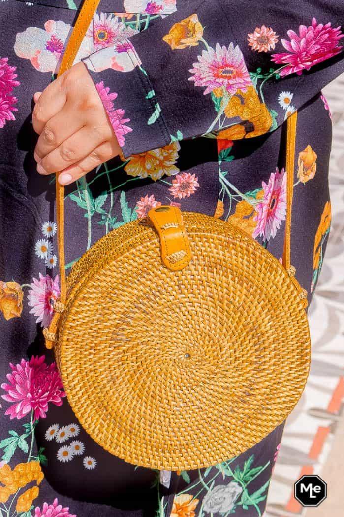 festival outfit - maxi jurk en rotan tasje