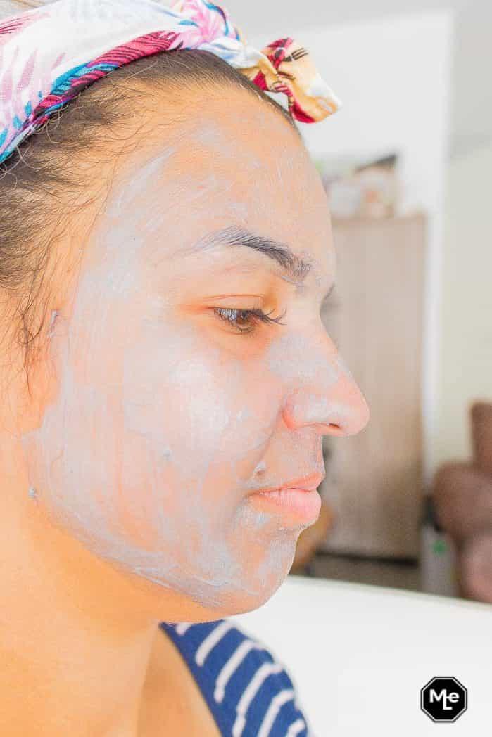 Bioré detox masker met houtskool - aangebracht op gezicht zijaanzicht