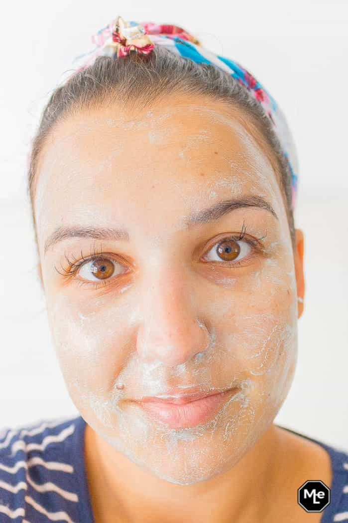 Biore Voedend detox masker met blauwe agave aangebracht op gezicht vooraanzicht
