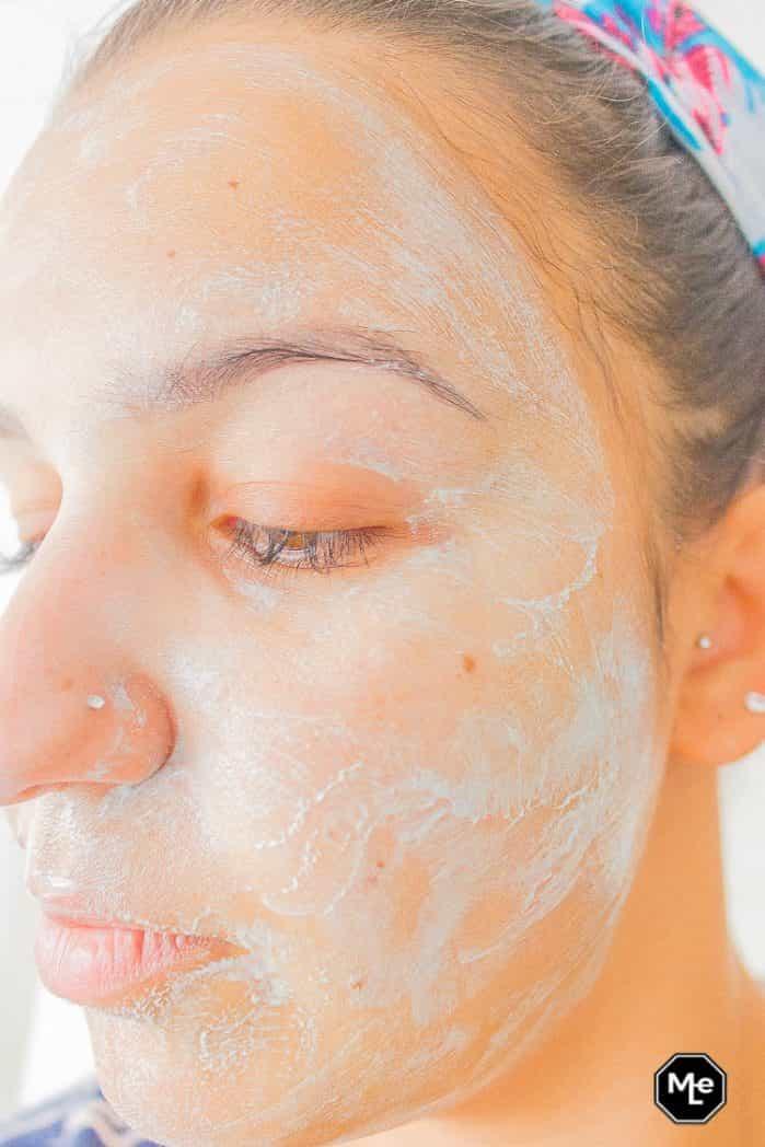 Biore Voedend detox masker met blauwe agave aangebracht op gezicht zijaanzicht