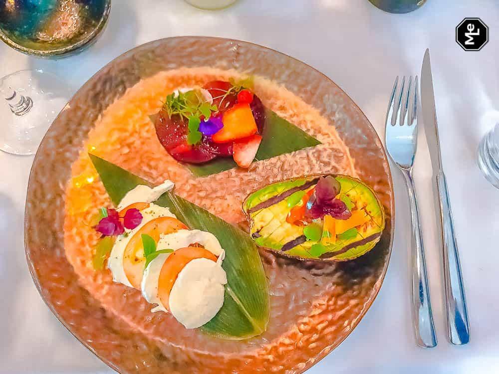 vega voorgerecht@ The Harbour Club - gegrilde avocado, mozzarella en bietjes met aardbei.