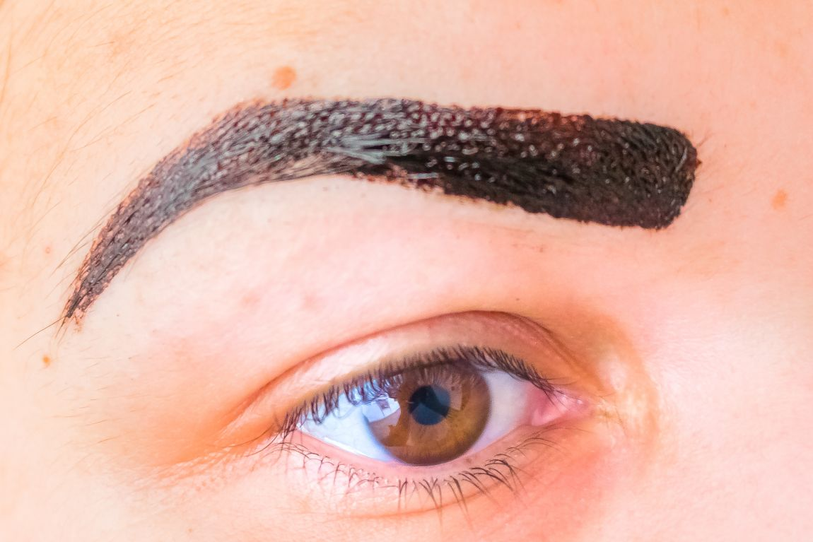 Clos-up wenkrauw met Kruidvat brow tattoo dark brown gel