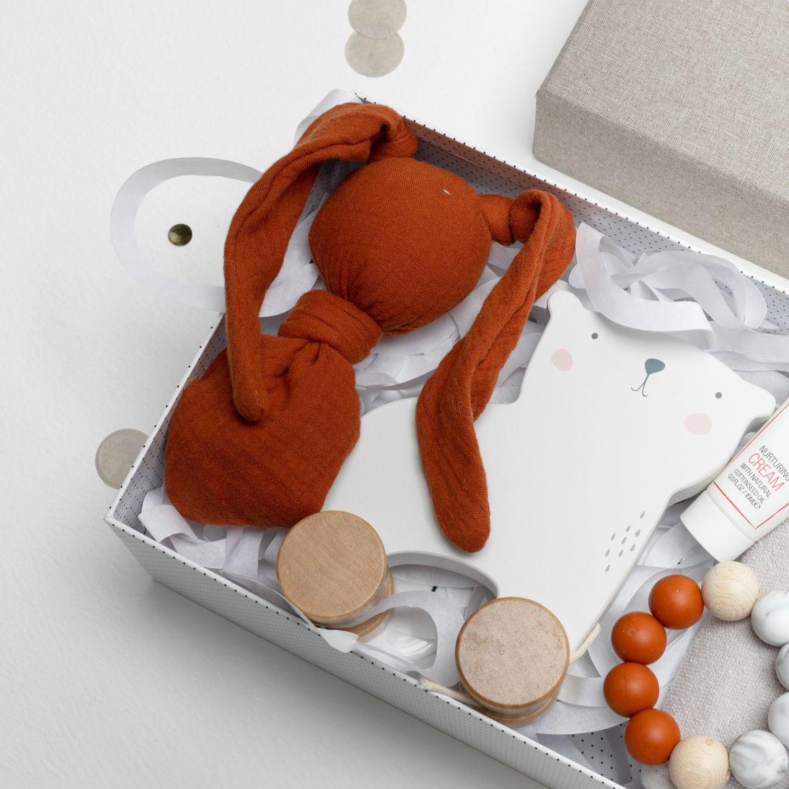 knuffel van Cottonbaby, een jsbeer trekfiguur van Little Dutch, mini nurturing crème (15 ml) van Naïf.
