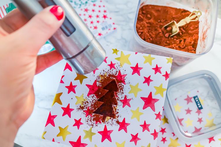 bereiding cappuccino kerstboom met sjabloon