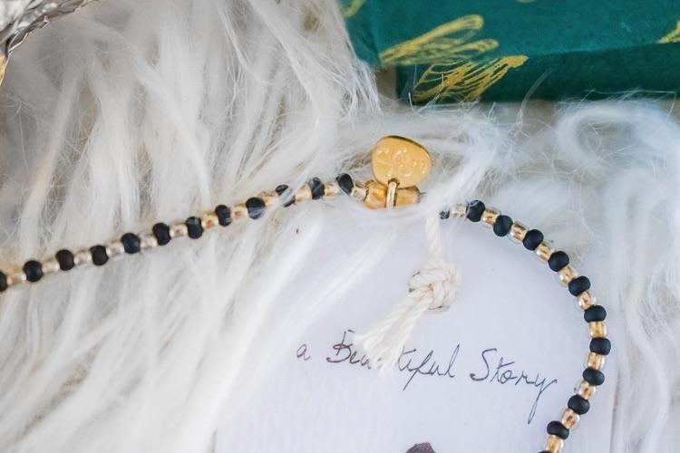 review A Beautiful Story onxy armband close-up 2